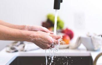 Água quente na pia da cozinha