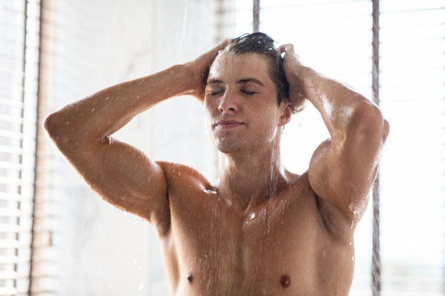 charming young male model enjoying hot shower J774QBF Easy Resize.com  635x423 - Os aquecedores a gás gastam muita energia?