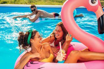 party in the pool 2021 08 28 18 48 59 utc 350x233 - Aquecedor para piscina de vinil: qual escolher
